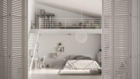 Ouverture blanche de porte de pliage sur la chambre à coucher moderne avec la mezzanine, conception intérieure blanche, concept d photo stock