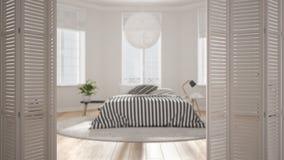 Ouverture blanche de porte de pliage sur la chambre à coucher scandinave moderne avec les fenêtres panoramiques, conception intér photographie stock