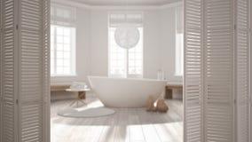 Ouverture blanche de porte de pliage sur la salle de bains scandinave moderne avec la baignoire, conception intérieure blanche, c photographie stock