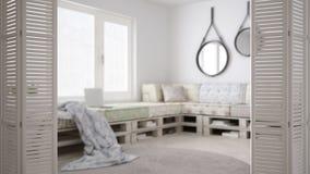 Ouverture blanche de porte de pliage sur la vie scandinave moderne avec le sofa diy de palette, conception intérieure blanche, co photos stock