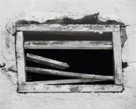 Ouverture cassée dans un vieux mur Image libre de droits