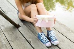 Ouverture d'un cadeau sur un emplacement en bois Image libre de droits