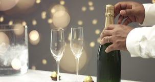 Ouverture d'une bouteille de Champagne clips vidéos