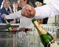Ouverture d'une bouteille de Champagne Photographie stock libre de droits