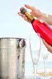 Ouverture d'une bouteille de Champagne Images libres de droits