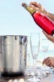 Ouverture d'une bouteille de Champagne Photo stock