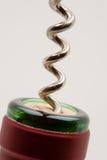 Ouverture d'une bouteille de vin Images libres de droits