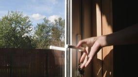 Ouverture d'une porte en verre