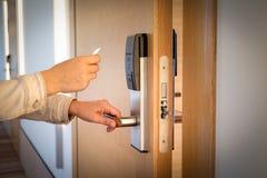 Ouverture d'une porte d'hôtel avec la carte keyless d'entrée images libres de droits