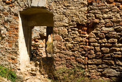 Ouverture dans le vieux mur pierreux Photos libres de droits