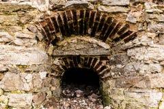 Ouverture de fenêtre dans un mur en pierre Images stock