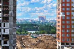Ouverture de paysage urbain de Moscou entre deux bâtiments en construction Photos stock
