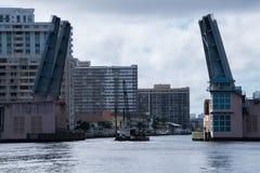 Ouverture de pont d'aspiration pour laisser la grue sur la péniche aller dessous image libre de droits