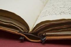 Ouverture de vieux livre Photo libre de droits