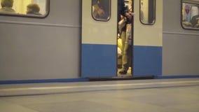 Ouverture des portes du train arrivant à la station de métro banque de vidéos