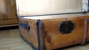 Ouverture du tronc antique de surface plane Grand bagage banque de vidéos