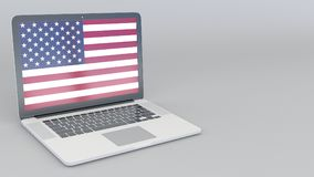 Ouverture et ordinateur portable fermant avec le drapeau des Etats-Unis sur l'écran Service, planification de voyage ou culturel  illustration libre de droits