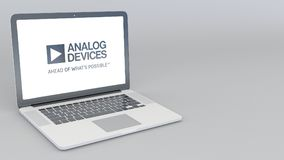 Ouverture et ordinateur portable fermant avec le logo d'Analog Devices rendu 4K 3D éditorial Photo libre de droits