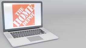 Ouverture et ordinateur portable fermant avec le logo de Home Depot sur l'écran Agrafe conceptuelle de l'éditorial 4K d'informati illustration libre de droits