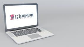 Ouverture et ordinateur portable fermant avec le logo de Kingston Technology rendu 4K 3D éditorial Images libres de droits