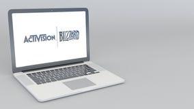 Ouverture et ordinateur portable se fermant avec le logo d'Activision Blizzard animation de l'éditorial 4K illustration libre de droits
