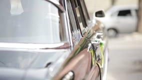 Ouverture et portière de voiture fermante banque de vidéos
