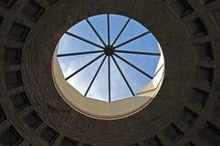 Ouverture formée par cercle de Paned dans un cupula photographie stock