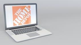 Ouverture tournante et ordinateur portable fermant avec le logo de Home Depot Agrafe conceptuelle de l'éditorial 4K d'informatiqu illustration libre de droits