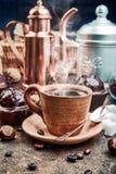 Ouvrage du café dans la tasse d'argile avec le haricot photographie stock