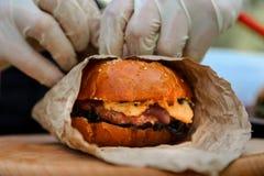 Ouvrage du procédé de cuisson fait maison d'hamburger photographie stock libre de droits