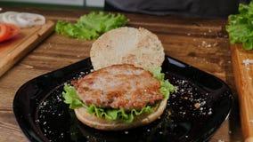 Ouvrage du proc?d? de cuisson fait maison d'hamburger Cheeseburger, plat photos stock