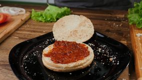 Ouvrage du proc?d? de cuisson fait maison d'hamburger Cheeseburger, plat photo libre de droits