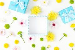 On ouvrent le boîte-cadeau bleu avec des chrysanthèmes Configuration plate Images stock