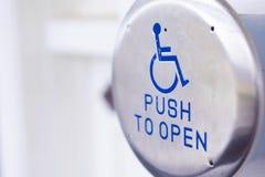 Ouvreur accessible de porte d'handicap photographie stock libre de droits