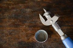 Ouvreur de bouteille avec la capsule sur le fond en bois de table Photo libre de droits