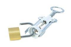 Ouvreur de bouteille de vin et un cadenas débloqué Photo stock