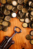 Ouvreur de bouteille et pile classiques des chapeaux de bouteille à bière Photographie stock libre de droits