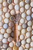 Ouvreur de bouteille sur un fond des chapeaux de bière Image stock