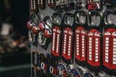 Ouvreurs de bouteille de souvenir en vente au marché de Portobello, Londres, R-U photographie stock libre de droits