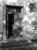 Ouvrez Frontdoor en bois sur la Chambre d'abandon avec l'mauvaise herbe sauvage Photographie stock