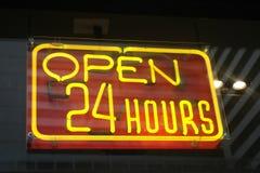 Ouvrez 24 heures de signe au néon Photographie stock