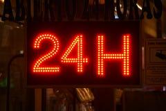 Ouvrez 24 heures, marché, pharmacie, hôtel, station-service, la station service 6 Photo libre de droits