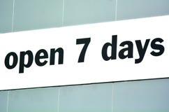 Ouvrez 7 jours Photos libres de droits