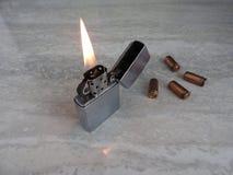 Ouvrez l'allumeur en métal avec la flamme sur le fond noir image libre de droits