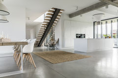 Ouvrez l'appartement de plancher avec l'escalier photographie stock libre de droits