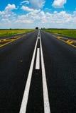 Ouvrez l'autoroute nationale sous un ciel bleu africain brillant Photos stock