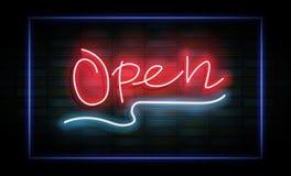 Ouvrez l'enseigne au néon sur le mur de briques Photo libre de droits