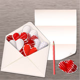 Ouvrez l'enveloppe avec les coeurs de papier Photo libre de droits