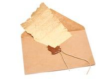 Ouvrez l'enveloppe avec un sceau cassé photographie stock