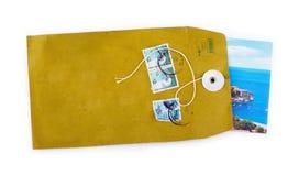 Ouvrez l'enveloppe de papier avec l'insi de carte postale de vacances de mer Photo libre de droits